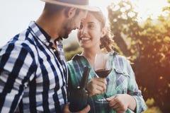 品尝酒的人们在葡萄园里 免版税图库摄影