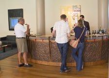 品尝酒的酒热心者在Artesa酿酒厂在纳帕谷 免版税库存照片