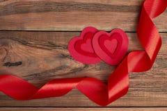 织品心脏和红色丝带 库存照片