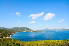 品柱卡奇亚海岸线在蓝天下 免版税库存图片