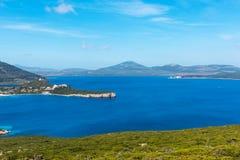 品柱卡奇亚海湾的蓝色海 免版税库存照片