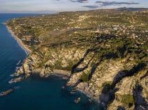 品柱Vaticano,卡拉布里亚,意大利鸟瞰图  黎卡提 神的海岸 海滩 Calabrian海岸的海角 库存图片
