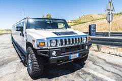 品牌发嗡嗡声的东西的豪华白色大型高级轿车在西西里岛,意大利 库存图片