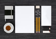品牌身份文具嘲笑顶视图在黑桌上 库存照片