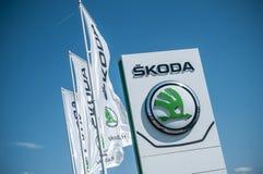 品牌`斯柯达`汽车标志捷克品牌在陈列室的 库存图片