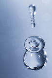 水品种在蓝色背景下降 免版税库存照片