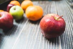 品种果子用红色苹果绿色苹果和桔子 库存图片