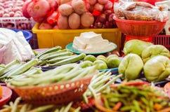 品种菜安排在板材和包装待售在新鲜市场摊位 库存照片
