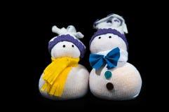 从织品缝合的手工制造两个雪人被隔绝  库存照片