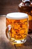 品脱在一张木桌上的啤酒 库存照片
