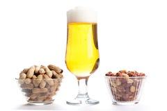 品脱贮藏啤酒和花生在白色背景 免版税库存图片