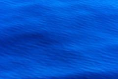 品蓝与一个规则美好的波浪结构的海背景,墙纸,抽象样式,背景 库存图片