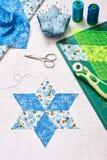 织品金刚石片断为缝合的被子做准备,顶视图 免版税库存照片