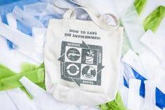 织品eco袋子与回收标志象由绿色叶子制成 库存图片