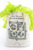 织品eco袋子与回收标志象由绿色叶子制成 免版税图库摄影