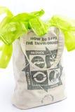 织品eco袋子与回收标志象由绿色叶子制成 免版税库存图片