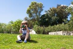 哄骗与户外拍他的第一张照片的照相机 免版税库存图片