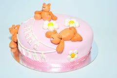 哄骗与方旦糖玩具熊的生日蛋糕 免版税库存照片
