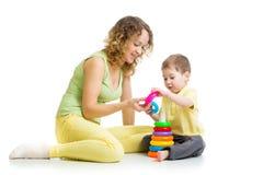 哄骗与金字塔玩具的男孩和母亲戏剧 免版税库存照片
