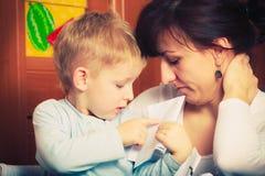 哄骗使用与母亲,画在纸的图片 库存照片