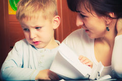 哄骗使用与母亲,画在纸的图片 图库摄影