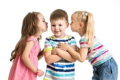 哄骗分享秘密的女孩与男孩 免版税库存图片