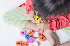哄骗即插即用` s的手字母表玩具 免版税库存图片
