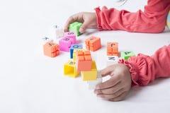 哄骗即插即用` s的手字母表玩具 免版税库存照片