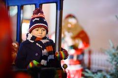 哄骗在家使用与木平衡玩具的男孩 图库摄影