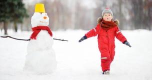 哄骗在漫步期间在一个多雪的冬天公园 库存图片