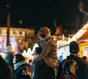 哄骗在肩膀在圣诞节市场上 免版税库存图片