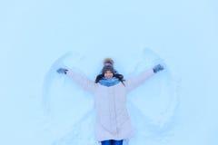 哄骗在雪的微笑的妇女在冬天 免版税库存图片