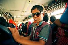 哄骗在驾驶在城市公共汽车里面的太阳镜 免版税库存照片