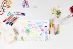 哄骗多种族家庭和色的铅笔图画在woode 免版税库存图片