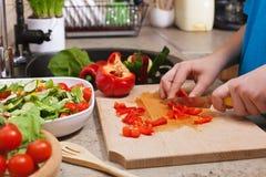哄骗砍一可口菜sala的手红色bellpepper 免版税库存照片