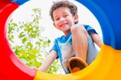 哄骗获得的男孩乐趣使用在儿童` s上升的玩具在学校 图库摄影