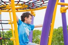 哄骗获得的男孩乐趣使用在儿童` s上升的玩具在学校 库存照片