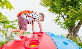 哄骗获得的男孩和的背包乐趣使用在攀登t的儿童` s 免版税图库摄影
