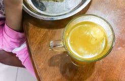 哄骗食用与杯的早餐冒泡维生素C片剂 免版税库存照片