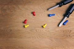 哄骗建筑玩具工具:五颜六色的螺丝刀、螺丝和坚果在木背景 顶视图 平的位置 复制 免版税库存图片