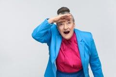 哇!有震惊面孔的年迈的妇女 免版税库存图片