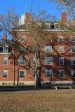 哈佛在秋天的学院宿舍 库存照片
