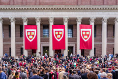 哈佛大学的学生为他们的毕业cerem聚集 库存图片