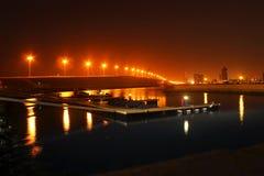 哈利法Bin萨勒曼回教族长堤道桥梁在晚上 库存图片