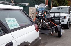 哈利戴维森1100摩托车在拖车拉扯了后边 图库摄影