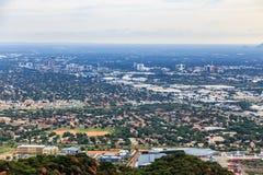 哈博罗内市街市鸟瞰图延长在savann 免版税库存照片