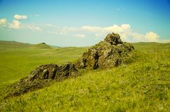 哈卡斯共和国山和干草原在晴朗的夏天 免版税库存照片