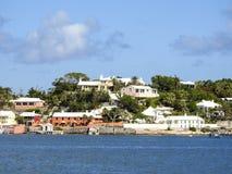 哈密尔顿,横跨海湾的百慕大各种各样的五颜六色的住宅 库存照片