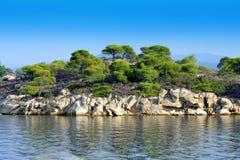 哈尔基季基州蓝绿色海边视图 免版税库存照片