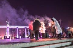 哈尔滨冰节日,人们在斯大林在晚上停放获得与闪烁发光物的乐趣,没有面孔 免版税库存图片